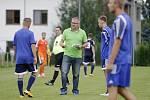 Uničovští fotbalisté porazili v přípravném zápase s béčkem Sigmy (v oranžovém) 6:2. Jiří Balcárek, trenér Uničova (uprostřed)