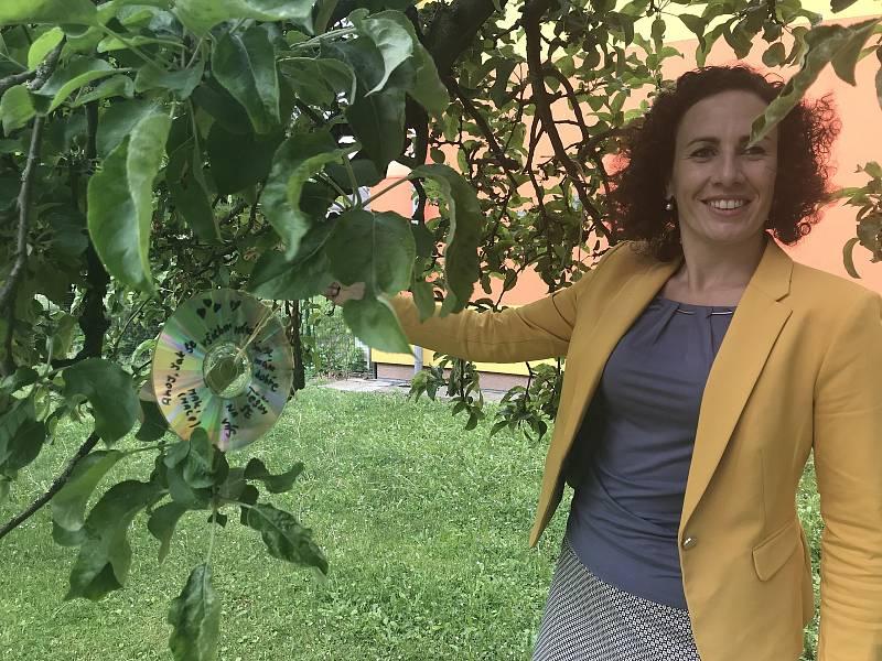 Během koronavirových prázdnin chodili žáci z blatecké malotřídky do školní zahrady psát vzkazy kantorům a spolužákům. na snímku ředitelka Základní školy a Mateřské školy Blatec Hana Bednářová. (14.května 2020)