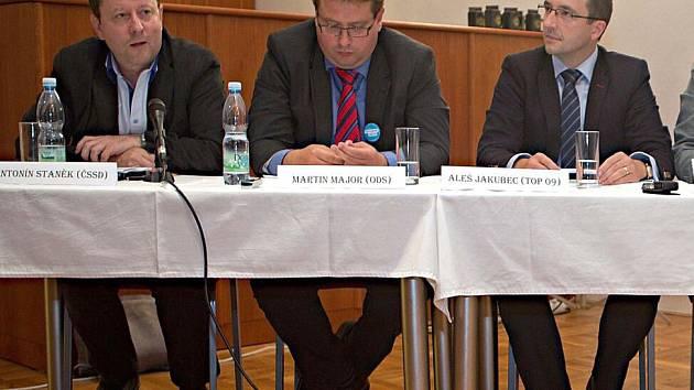Zleva A. Staněk (ČSSD), M. Major (ODS), A. Jakubec (TOP09). Předvolební 'Ďábelská debata' lídrů šesti stran pro komunální volby v Olomouci