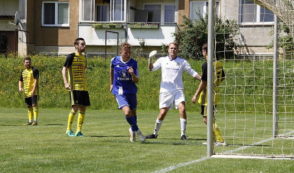 Fotbalisté Sigmy U18 (v modrém) porazili Nové Sady B 7:0.