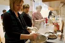 Kuchařky se učí připravovat diety pro nemocné školáky