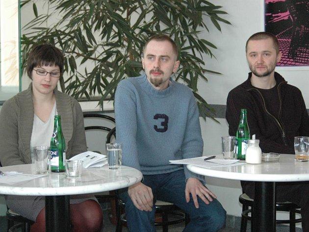 Pavel Bednařík (uprostřed) připravoval dramaturgii festivalu společně s Veronikou Klusákovou. Vpravo sedí ředitel festivalu Academia Film Olomouc Petr Bilík.