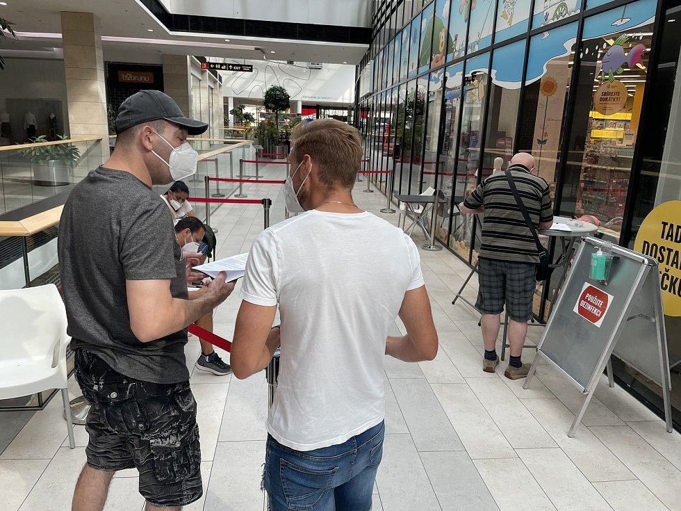 Očkování bez předchozí registrace probíhá v olomoucké Šantovce i o víkendu, plynule, bez dlouhého čekání, 31. července 2021