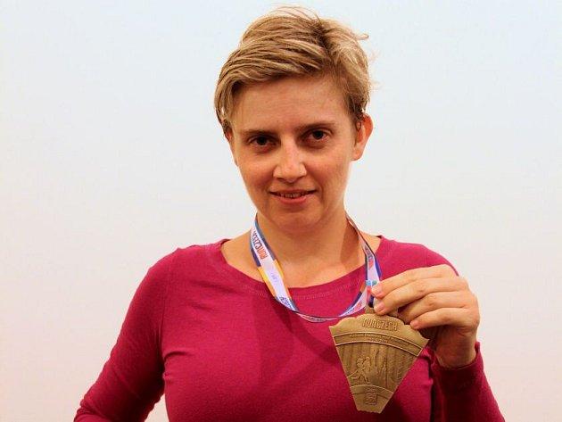 Redaktorka Olomouckého deníku Petra Pášová s trofejí za absolvování Olomouckého půlmaratonu 2015