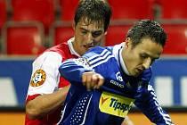 Rudolf Skácel (vlevo) bojuje s olomouckým Tomášem Janotkou