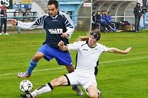 Fotbalisté FK Šternberk (v tmavém) proti Chválkovicím