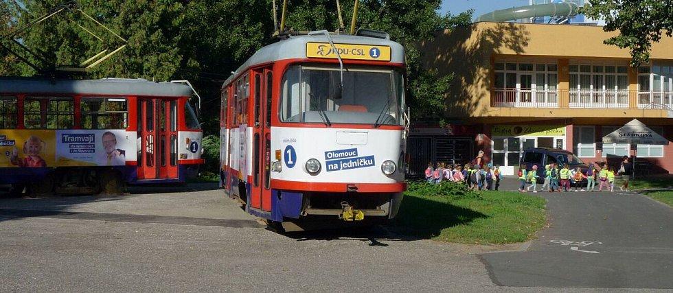 """Vysloužilé tramvaje jako volební """"stánek"""" u olomouckého plaveckého stadionu"""