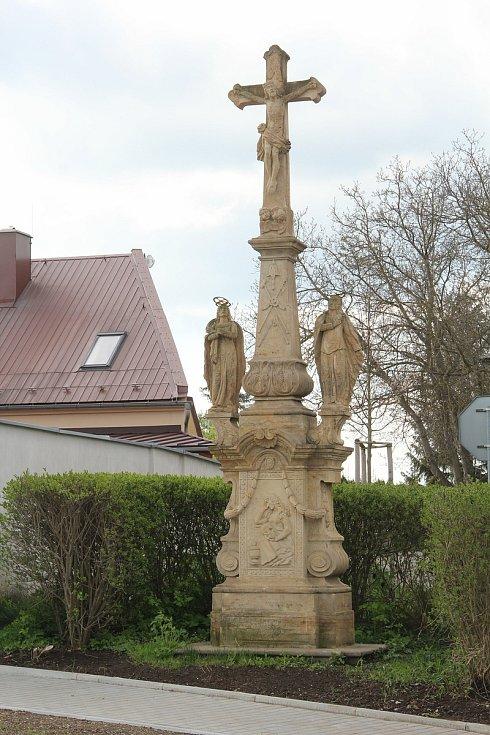 Kamenný kříž v Ústíně