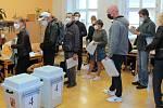 Začátek voleb na ZŠ Komenium v centru Olomouce, 8. října 2021