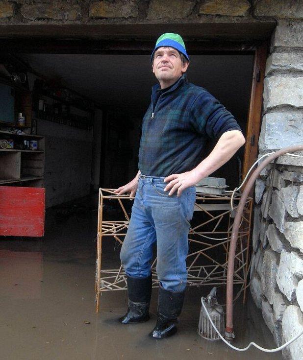 Někde již v pondělí mohli lidé začít s úklidem po vodní spoušti. Pan Ladislav Kubálek z Litovle trávil začátek nového týdne odčerpáváním vody.