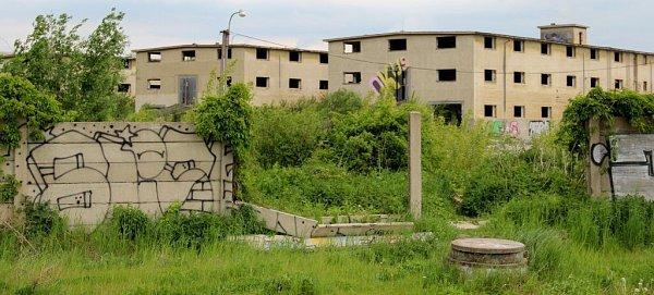 Opuštěný areál bývalých armádních skladů uVelkomoravské ulici vOlomouci