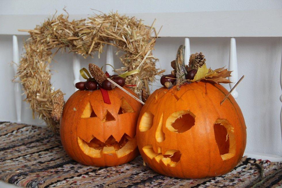 Podzimní výzdobu, především díně něco slaměné podzimní ozdoby, vyráběli děti a rodiče v sobotu v prostorách zámku v Náměšti na Hané.