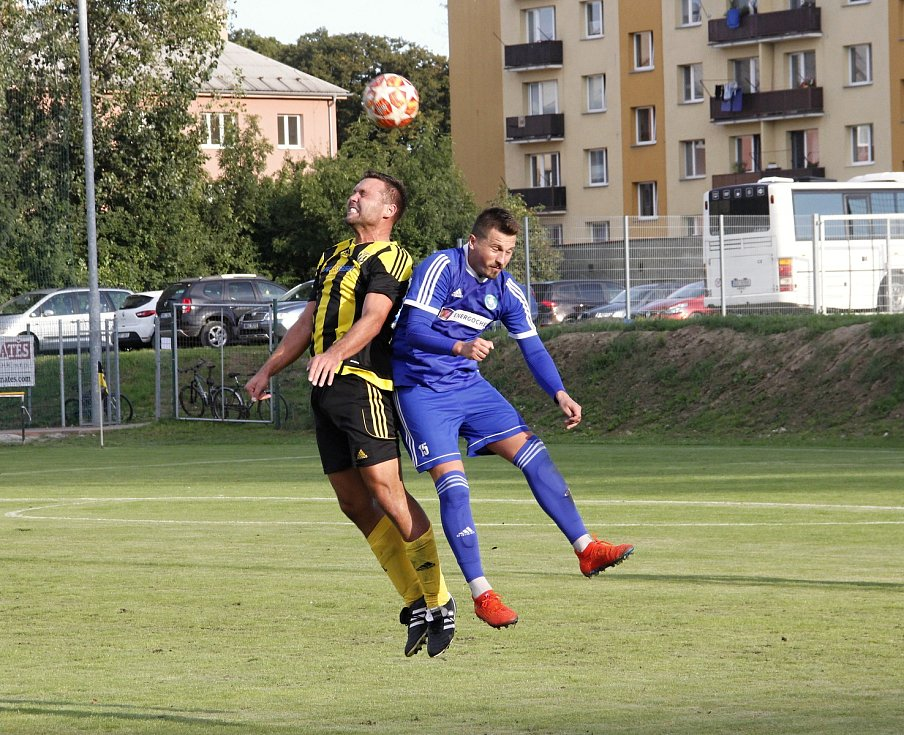 Fotbalisté Nových Sadů (ve žluto-černém) porazili Všechovice 5:0.