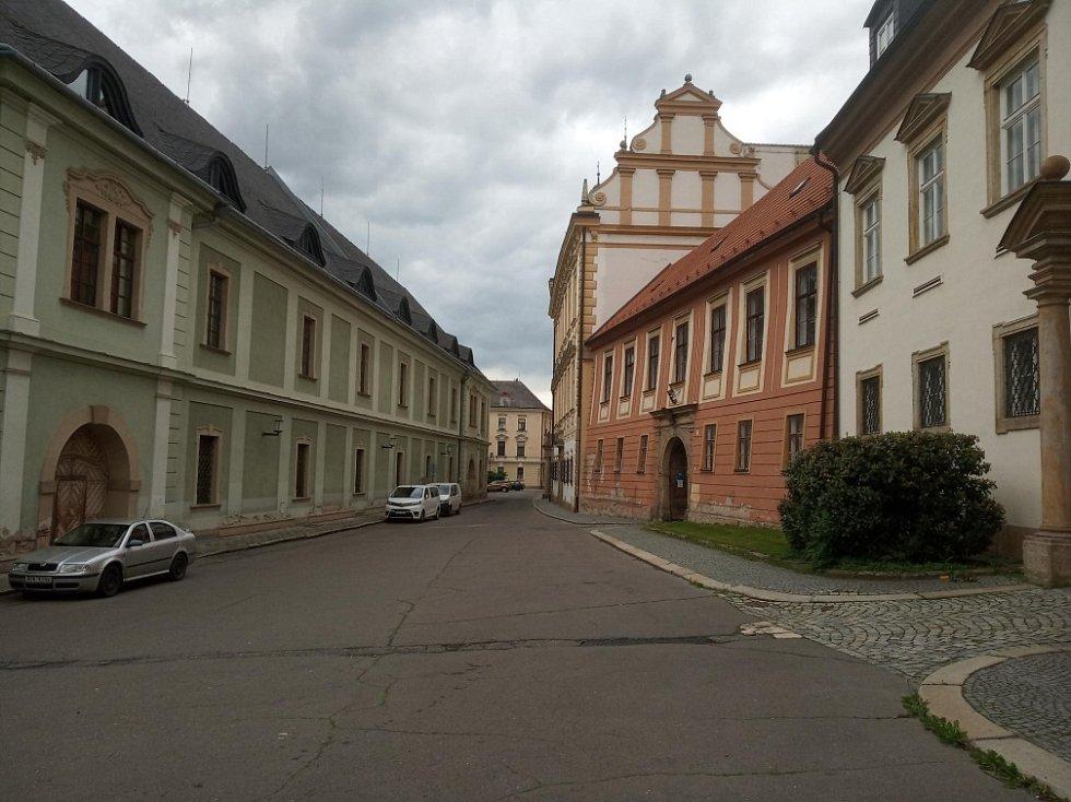 Filmová místa v Olomouci. Ulice Křížkovského, nalevo Univerzitní knihovna
