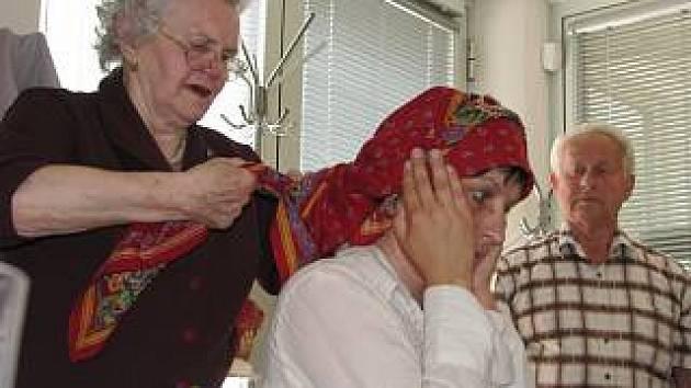 vázání hanáckého šátku