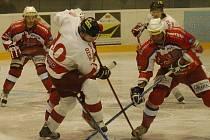 Útočník Bouz se snaží proháčkovat přes hokejky soupeře.