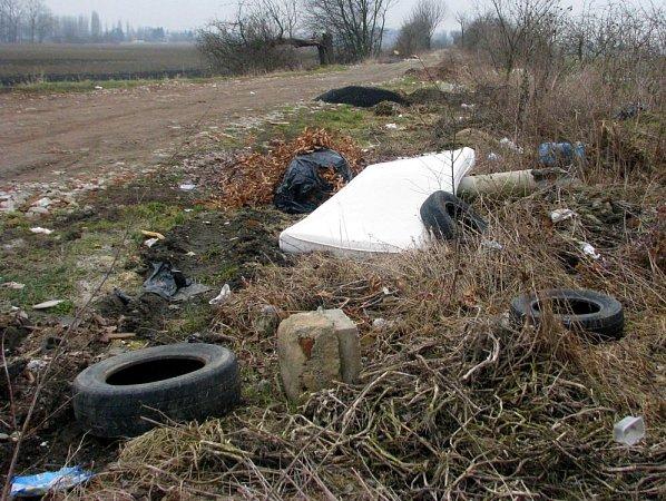 Poházené smetí a odpad vHolici