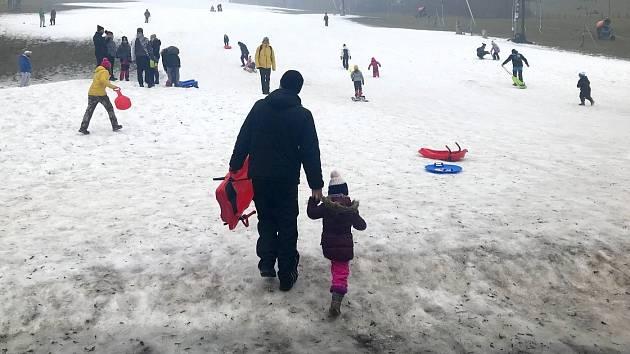 Rodiny s dětmi míří za radovánkami na umělém sněhu na sjezdovkách, jiný v nížinách není. Resort Hrubá Voda, 30. prosince 2020
