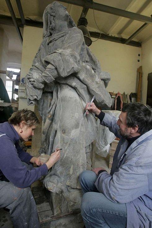 Sochy z křížové cesty v Rudě v péči olomouckého restaurátora Ladislava Werkmanna