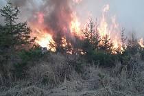 Hasiči během pondělí 6. dubna likvidovali požáry na devíti místech Olomouckého kraje. Požár u Nových Valteřic.