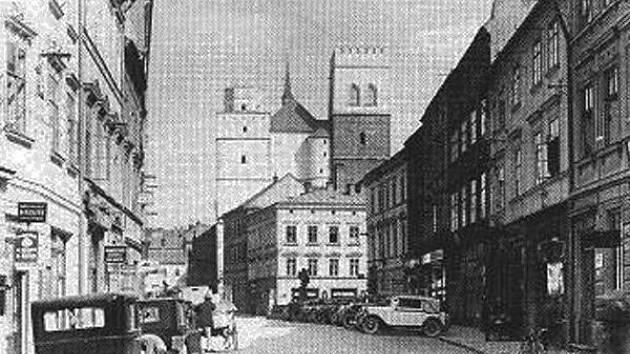 Dnešní ulicie 8. května s průhledem na kostel svatého Mořice