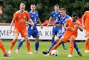 Utkání MOL cupu mezi TJ Sokol Živanice (v oranžovém) a SK Sigma Olomouc (v modrém) na hřišti v Živanicích.