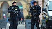 Policisté v prosinci 2016 hlídkují u Horního náměstí v Olomouci po teroristickém útoku na vánočních trzích v Berlíně