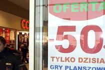 Vánoční nákupy v obchodní centru v Polsku. Ilustrační foto