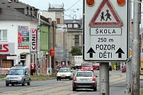 Ulice Hodolanská je bez jediného přechodu