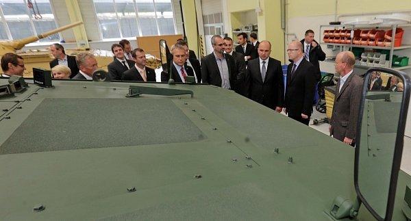 Návštěva premiéra Bohuslava Sobotky vprivátní zbrojovce Excalibur ve Šternberku