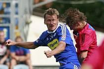 Marek Heinz hlavičkuje (vlevo)