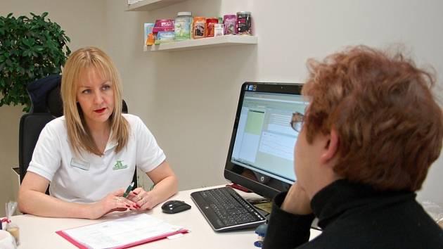 Výživová specialistka Alice Šestáková při práci v olomoucké pobočce Světa zdraví.