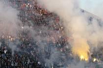 Severní tribuna Androva stadionu zaplněná fanoušky Baníku.