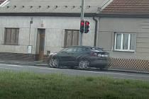 """Průjezd """"na červenou"""" na křižovatce u olomouckého Hornbachu v Rolsberské ulici"""