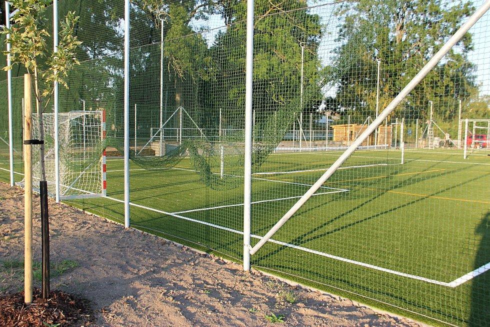 V Července otevřeli nové víceúčelové hřiště. Hrají se na něm zápasy v malém fotbalu, sloužit může i pro volejbal.