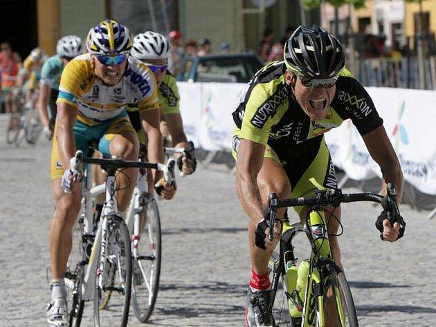 Vítěz 3. etapy Cuech Cycling Tour Rene Obst, za ním Zdeněk Štybar