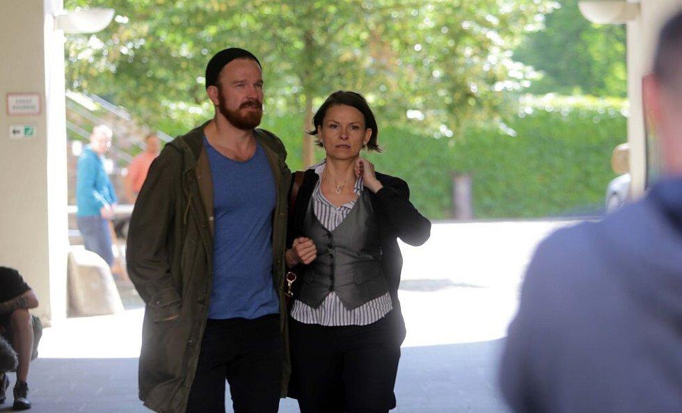 Klára Melíšková (komisařka Výrová) a Stanislav Majer (nadporučík Mráz). Natáčení detektivky Modré stíny v Univerzitní ulici v Olomouci