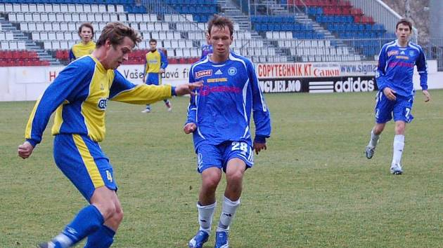 Útočník Jakub Petr (č. 28) si zvyká na mužský fotbal.
