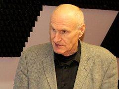 Zahajovací zkoušky Shakespearovy hry Bouře v Olomouci se zúčastnil i překladatel Martin Hilský