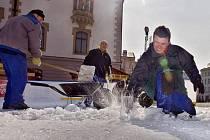 Rozbíjení ledu na kluzišti před olomouckou radnicí