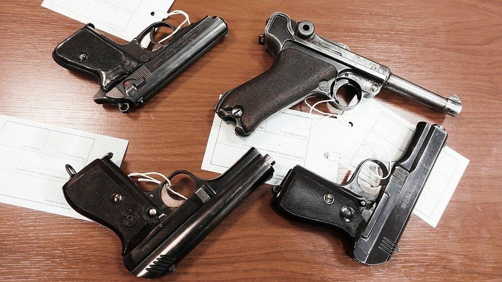 V rámci zbraňové amnestie obyvatelé Olomouckého kraje na  policejní služebny nejvíce odevzdávají pistole, revolvery a malorážky.