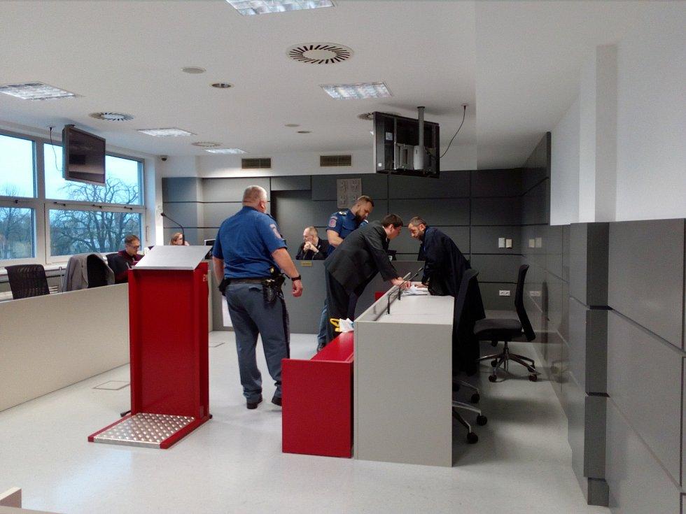 Pavel Nárožný dorazil v pátek k soudu jako vždy v poutech, za doprovodu policieAutor: Eva Minárová