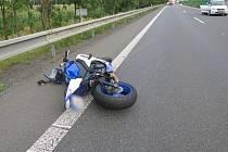 Tragická srážka motocyklu a auta na R35 u Mladče