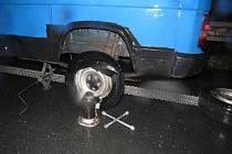 Řidiče, který na R35 opravoval kolo u modrého citroenu, srazil projíždějící náklaďák