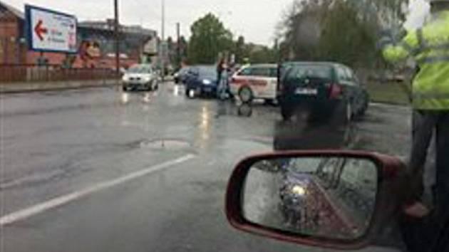 Nehoda dvou aut zbrzdila provoz v Pasteurově ulici v Olomouci