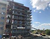 Ceny bytů v Olomouci neklesají. Poptávka po těch nových neutuchá, i když ceny jsou vysoké.Na snímku stavbaři dokončují poslední byty u Globusu.