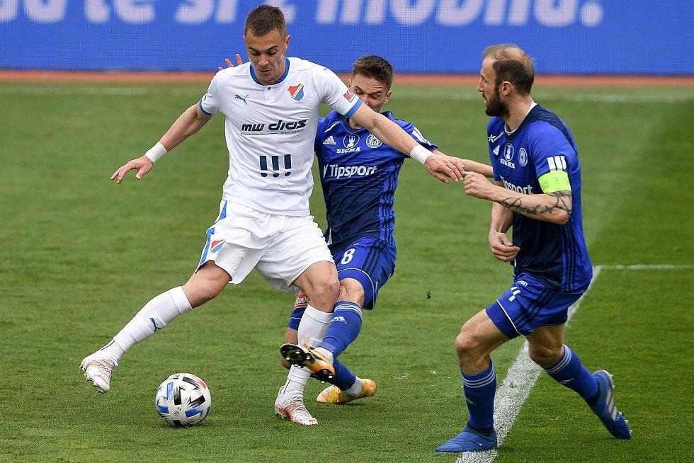 Utkání 29. kola první fotbalové ligy: Sigma Olomouc - Baník Ostrava, 24. dubna 2021 v Olomouci. (zleva) Filip Kaloč z Ostravy a David Houska z Olomouce.