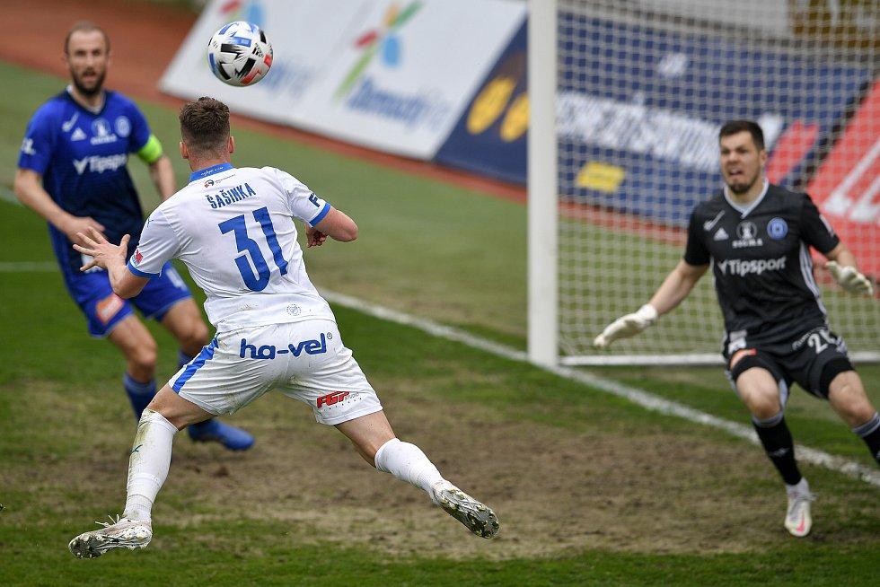 Utkání 29. kola první fotbalové ligy: Sigma Olomouc - Baník Ostrava, 24. dubna 2021 v Olomouci. (střed) Ondřej Šašinka z Ostravy proti brankář Olomouce Aleš Mandous.
