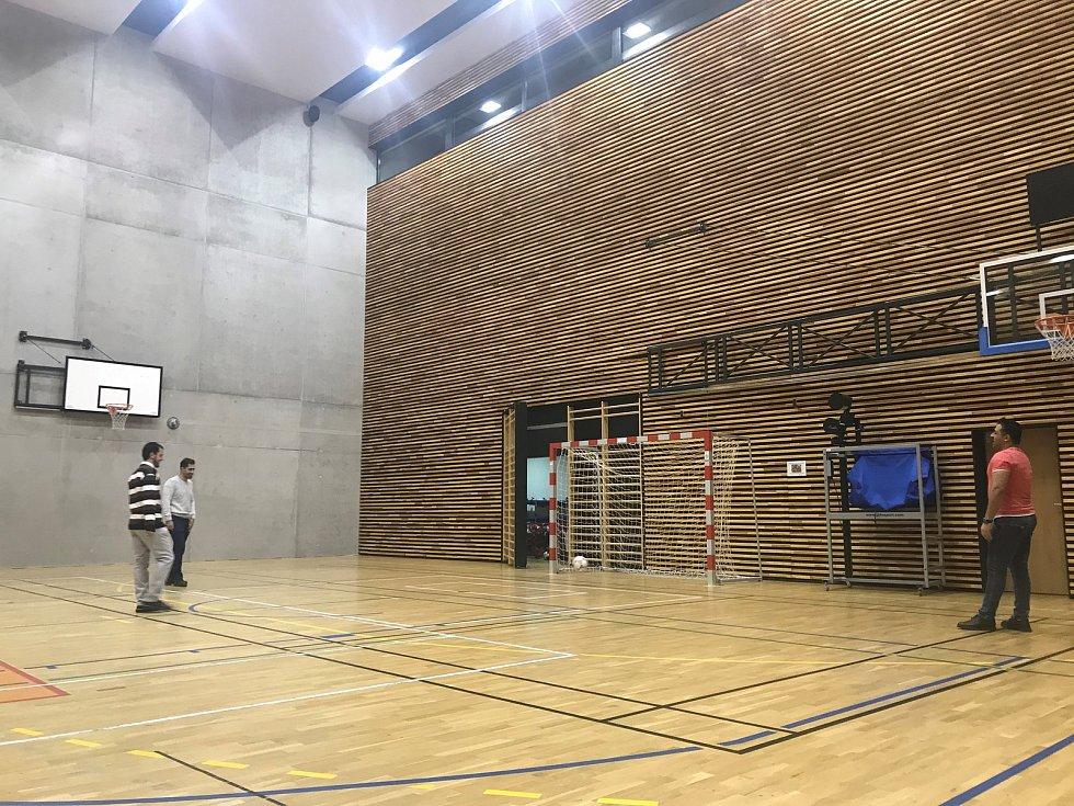Den otevřených dveří na Univerzitě Palackého v Olomouci. FTK - centrum Baluo.  Na fakultě tělesné kultury se hrál i fotbálek.