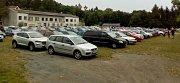 Nápor motorizovaných návštěvníků Svatého Kopečku o svátečních dnech a víkendech tak tak pojmou ostatní parkovací plochy.